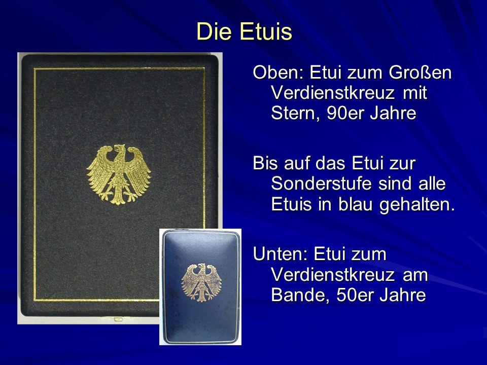 Die Etuis Oben: Etui zum Großen Verdienstkreuz mit Stern, 90er Jahre Bis auf das Etui zur Sonderstufe sind alle Etuis in blau gehalten. Unten: Etui zu