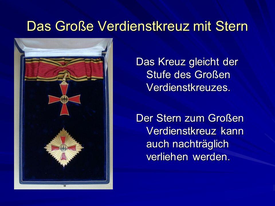 Das Große Verdienstkreuz mit Stern Das Kreuz gleicht der Stufe des Großen Verdienstkreuzes. Der Stern zum Großen Verdienstkreuz kann auch nachträglich