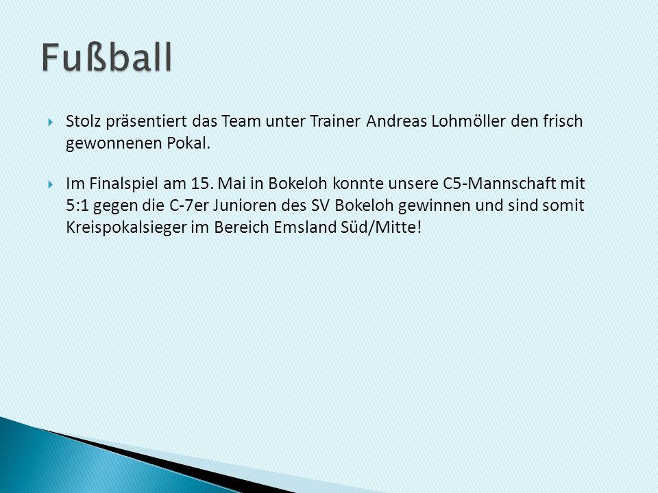 Stolz präsentiert das Team unter Trainer Andreas Lohmöller den frisch gewonnenen Pokal. Im Finalspiel am 15. Mai in Bokeloh konnte unsere C5-Mannschaf