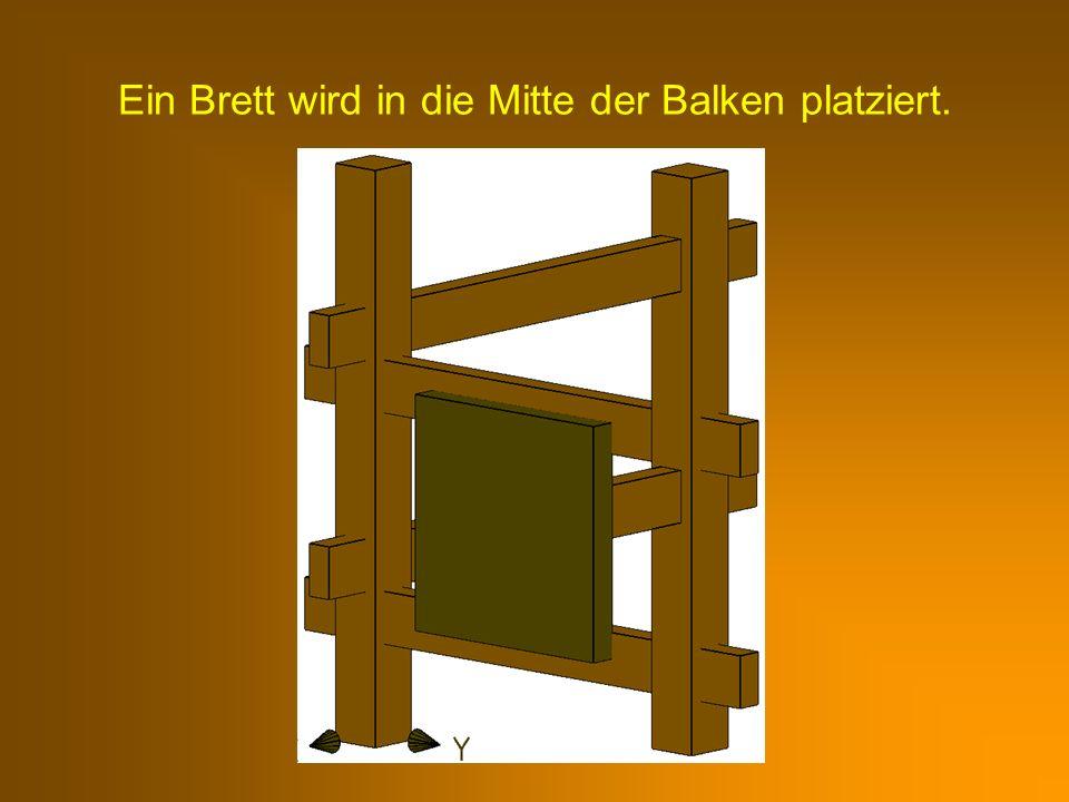Ein Brett wird in die Mitte der Balken platziert.
