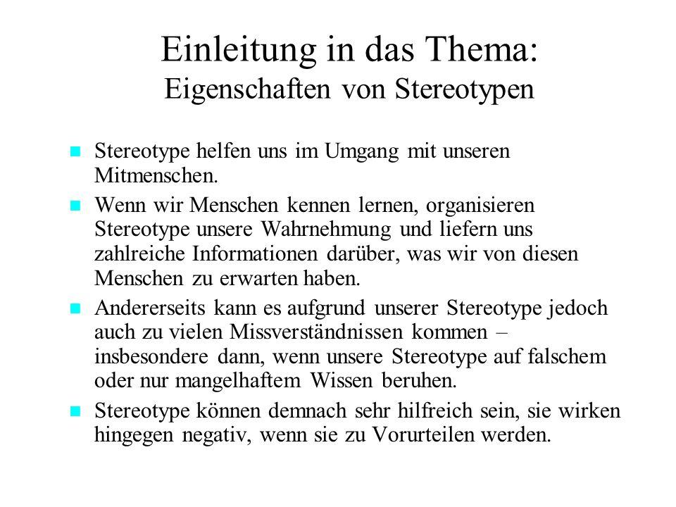 Einleitung in das Thema: Eigenschaften von Stereotypen Menschen tendieren dazu, sehr schnell nach einfachen Regeln andere Menschen in Gruppen zu kategorisieren (Tajfel, 1978).