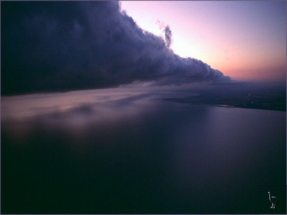 Es passiert, wenn in den frühen Morgenstunden die warme, feuchte Luft, vom Meer aufsteigt und auf die kühlere Luft in den oberen Schichten trifft.