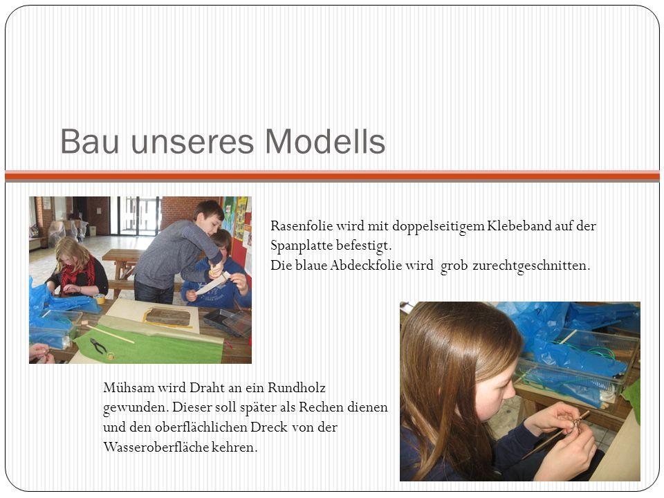 Bau unseres Modells Rasenfolie wird mit doppelseitigem Klebeband auf der Spanplatte befestigt. Die blaue Abdeckfolie wird grob zurechtgeschnitten. Müh