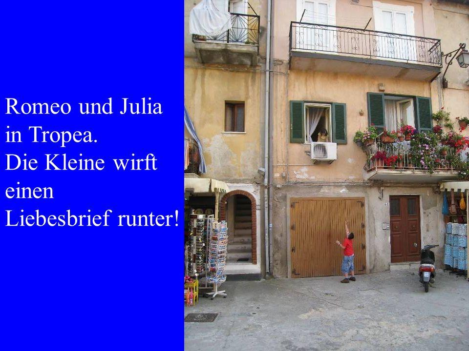 Romeo und Julia in Tropea. Die Kleine wirft einen Liebesbrief runter!