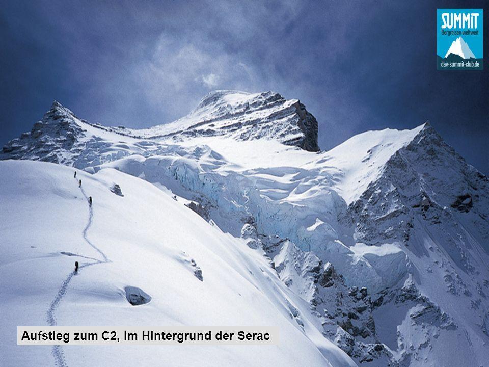 Aufstieg zum C2, im Hintergrund der Serac