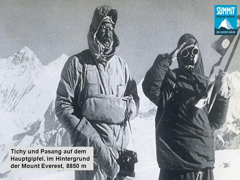 Tichy und Pasang auf dem Hauptgipfel, im Hintergrund der Mount Everest, 8850 m