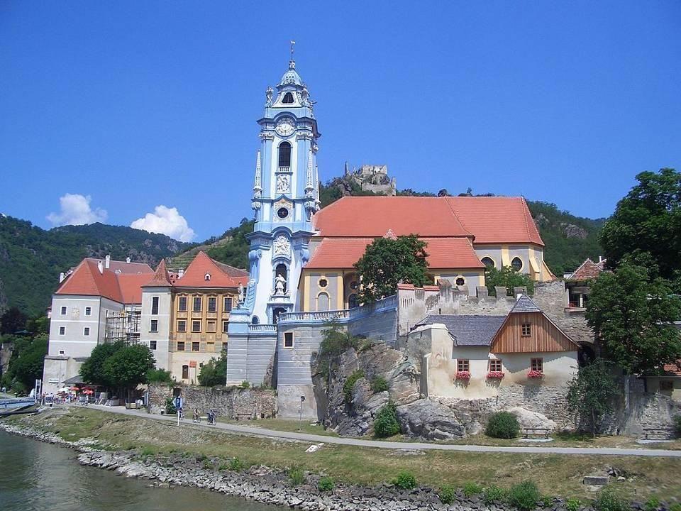 Dürnstein Dürnstein ist in Verbindung mit der landschaftlichen und architektonischen Schönheit der Wachau eines der bekanntesten touristischen Ziele in Österreich geworden.