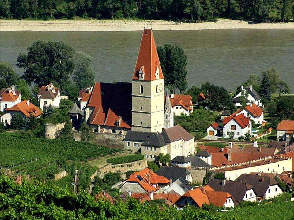 liegt umgeben von sonnigen Rebenhügeln, eingeengt zwischen der Donau und grünen Wäldern und bildet mit den Winzerdörfern Joching, Wösendorf und St.