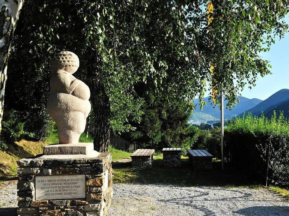 Willendorf Willendorf wurde durch die Venus von Willendorf, den bedeutendsten Fund aus der jüngeren Altstein- zeit auf österreichischem Boden, bekannt und berühmt.