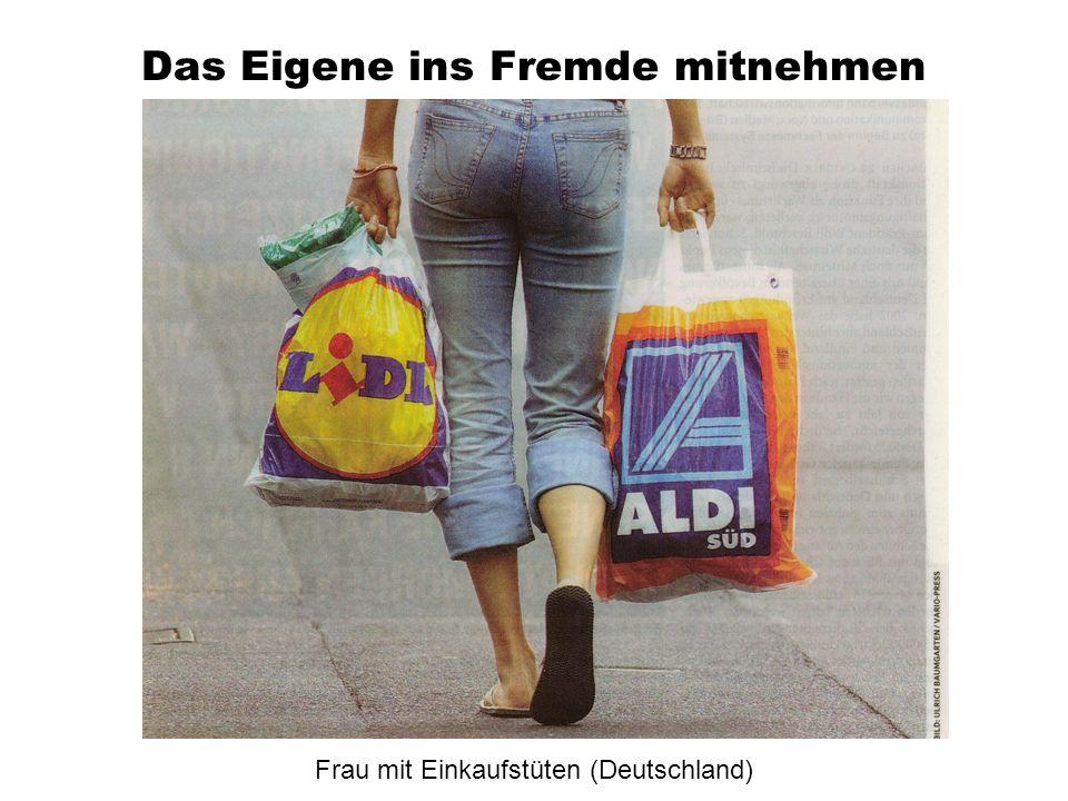 Das Eigene ins Fremde mitnehmen Frau mit Einkaufstüten (Deutschland)