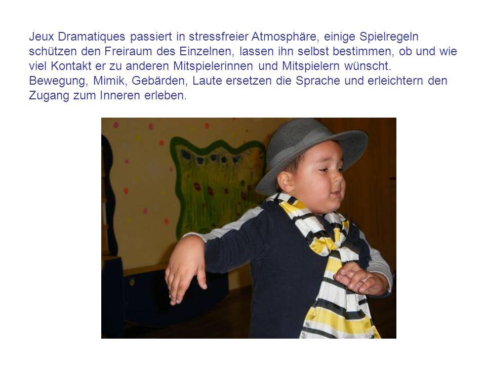 Spielimpulse gibt die Kindergartenpädagogin Irene Steinbauer durch Geschichten, Bilder, Musik, Gedichte,… Verkleiden mit Tüchern und Gestalten des Raumes vertiefen das Einfühlen in die selbst gewählte Rolle.