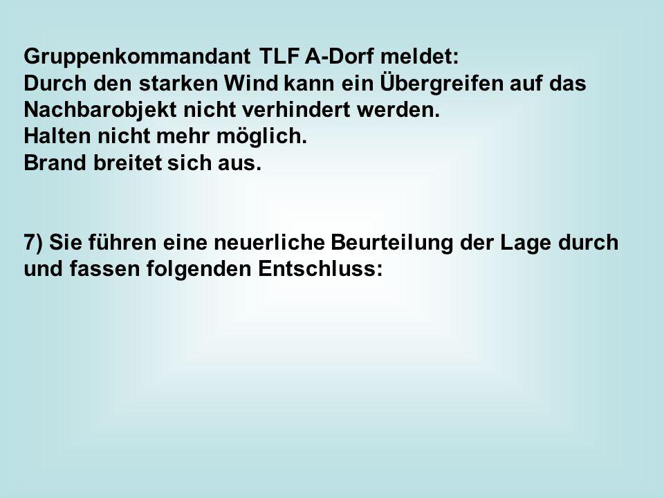 Gruppenkommandant TLF A-Dorf meldet: Durch den starken Wind kann ein Übergreifen auf das Nachbarobjekt nicht verhindert werden.