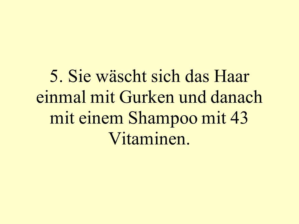 6. Sie wäscht sich das Haar noch einmal, um sicher zu gehen, das es sauber ist.