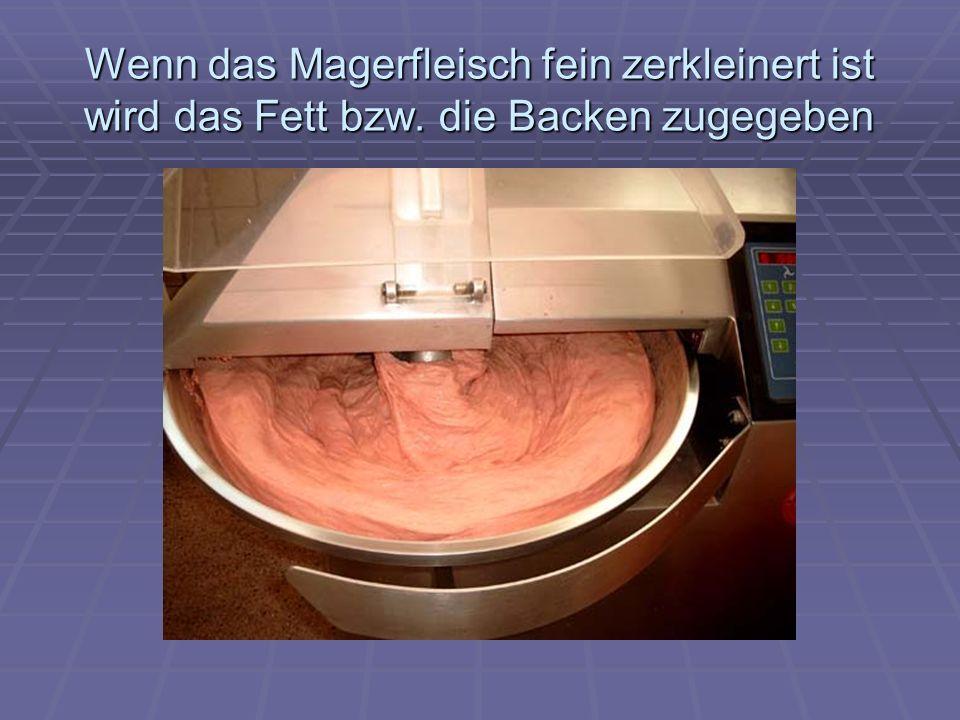Wenn das Magerfleisch fein zerkleinert ist wird das Fett bzw. die Backen zugegeben