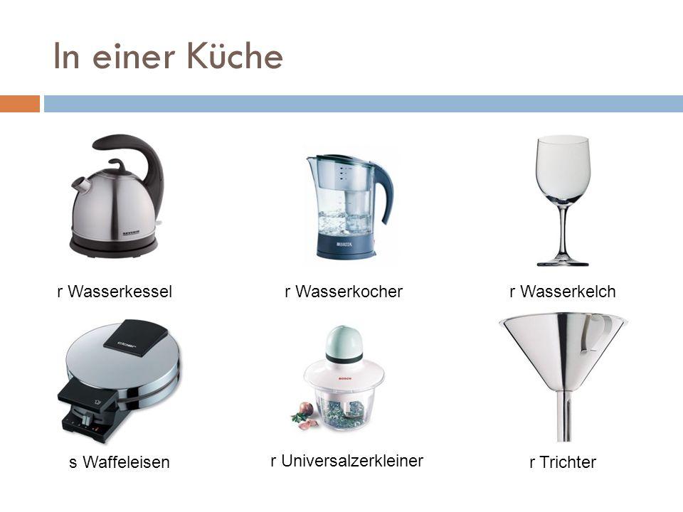 In einer Küche r Universalzerkleiner r Trichters Waffeleisen r Wasserkesselr Wasserkocherr Wasserkelch