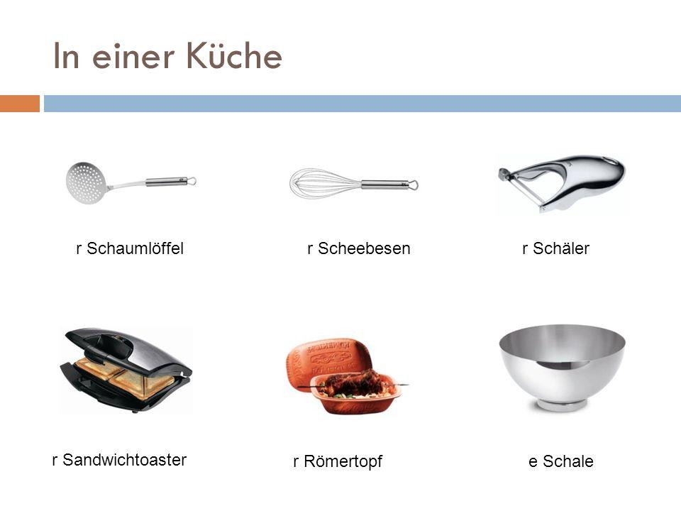 In einer Küche r Sandwichtoaster r Schälerr Scheebesenr Schaumlöffel r Römertopfe Schale