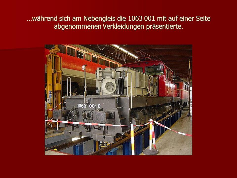 …während sich am Nebengleis die 1063 001 mit auf einer Seite abgenommenen Verkleidungen präsentierte.