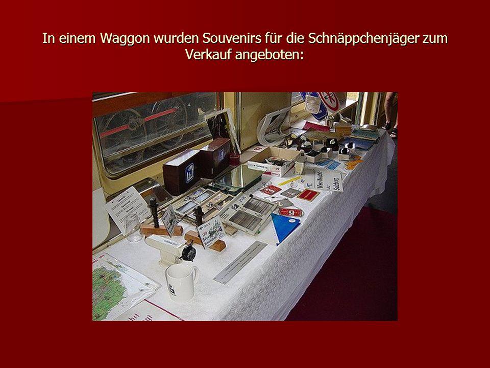 In einem Waggon wurden Souvenirs für die Schnäppchenjäger zum Verkauf angeboten: