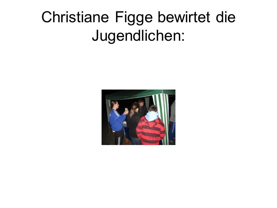 Christiane Figge bewirtet die Jugendlichen: