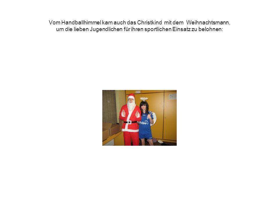 Vom Handballhimmel kam auch das Christkind mit dem Weihnachtsmann, um die lieben Jugendlichen für ihren sportlichen Einsatz zu belohnen: