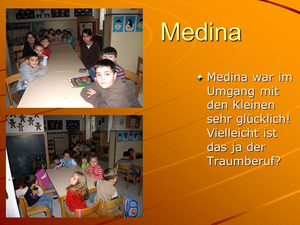 Medina Medina war im Umgang mit den Kleinen sehr glücklich! Vielleicht ist das ja der Traumberuf?