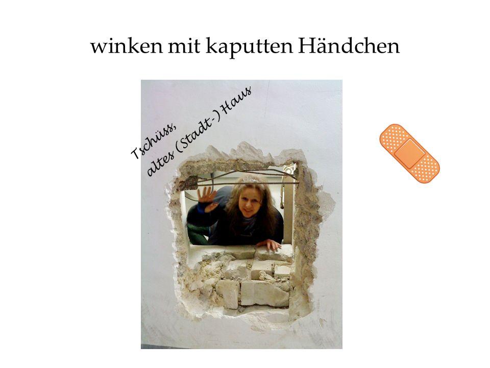 winken mit kaputten Händchen Tschüss, altes (Stadt-) Haus