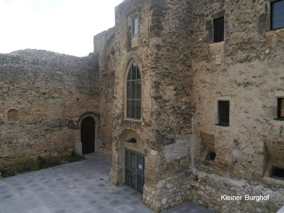 Die Herzogburg hinter der Pfarrkirche eine noch heute eindrucksvolle Burganlage