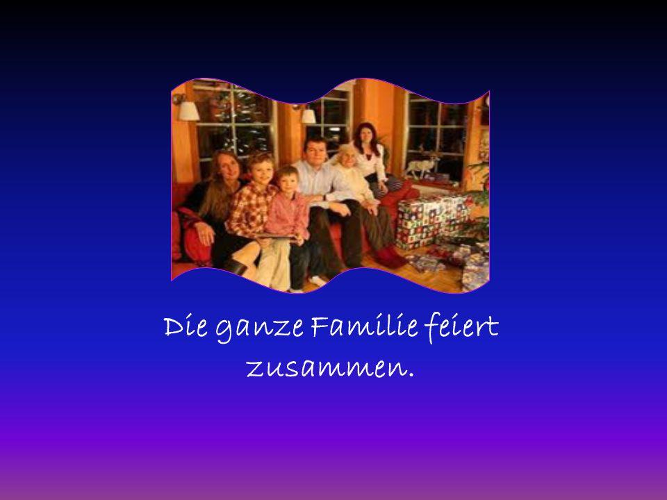 Die ganze Familie feiert zusammen.