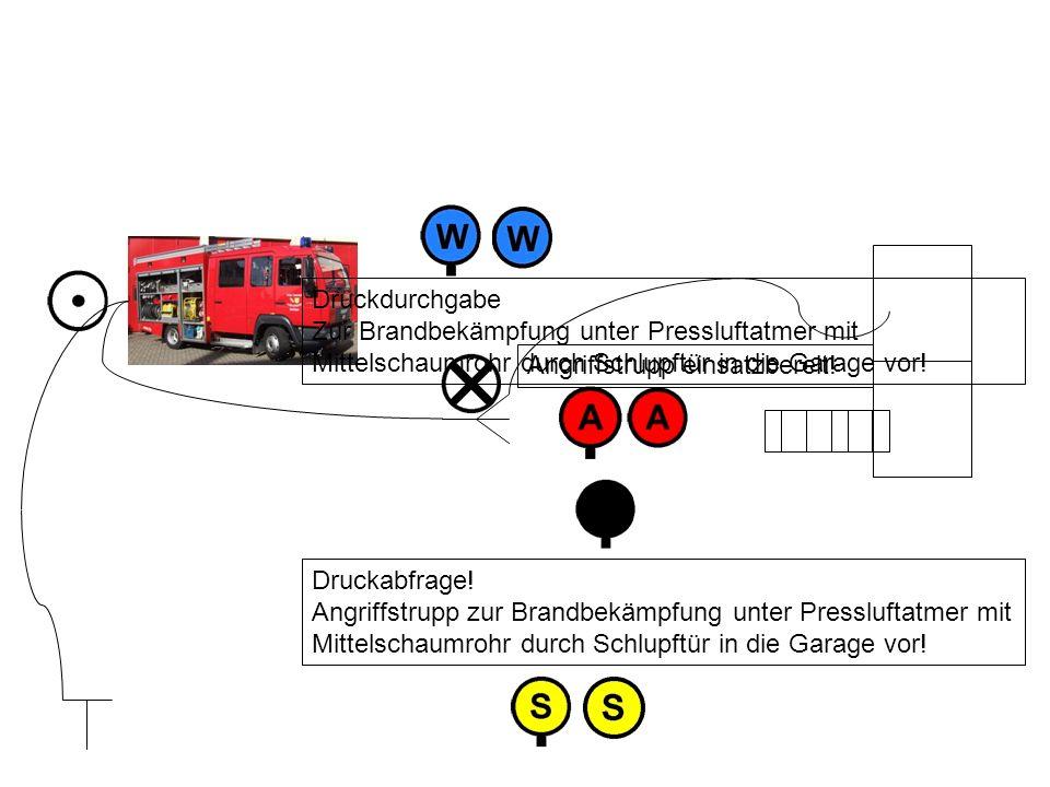 Angriffstrupp einsatzbereit! Druckabfrage! Angriffstrupp zur Brandbekämpfung unter Pressluftatmer mit Mittelschaumrohr durch Schlupftür in die Garage