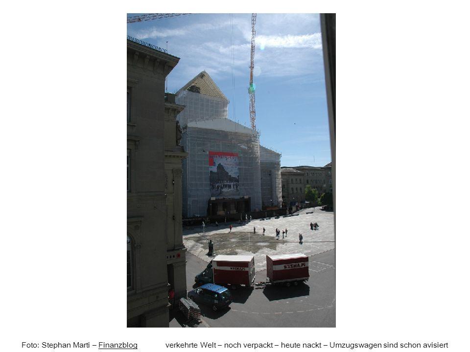 Foto: Stephan Marti – Finanzblog verkehrte Welt – noch verpackt – heute nackt – Umzugswagen sind schon avisiertFinanzblog