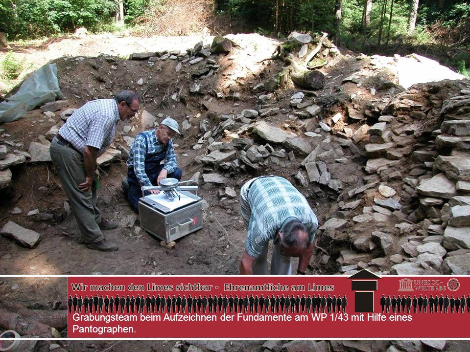 Grabungsteam beim Aufzeichnen der Fundamente am WP 1/43 mit Hilfe eines Pantographen.
