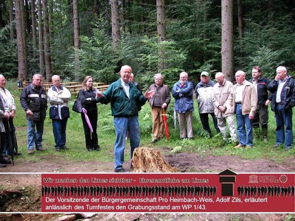 Der Vorsitzende der Bürgergemeinschaft Pro Heimbach-Weis, Adolf Zils, erläutert anlässlich des Tumfestes den Grabungsstand am WP 1/43.