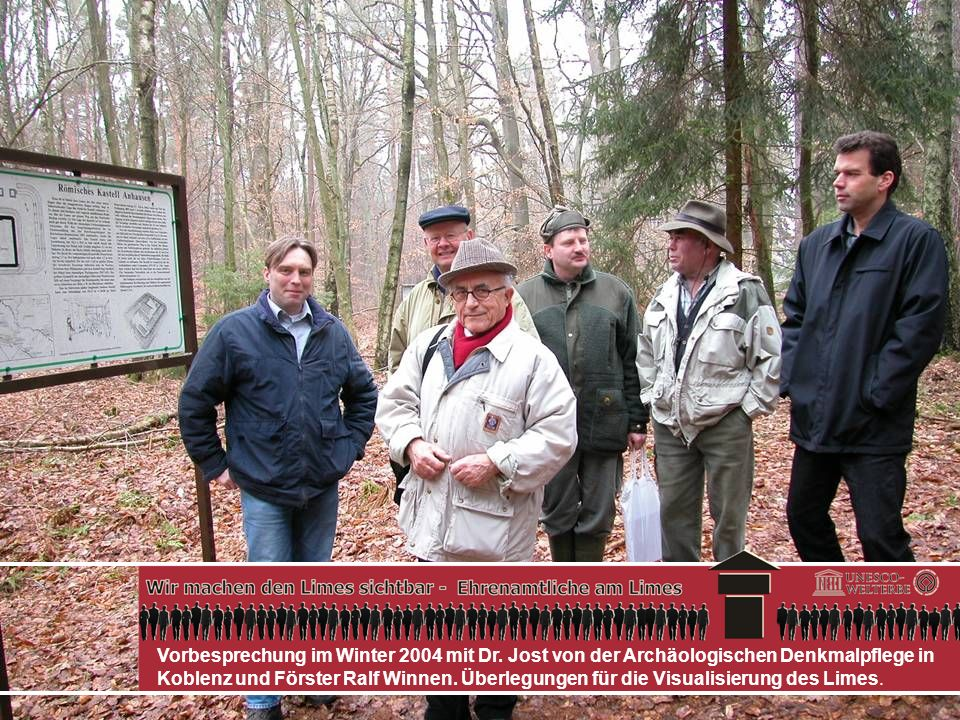 Reinhold Bader präsentiert eine Karte mit der Limesstrecke im HWG-Wald und seine selbst gefertigten Schilder.