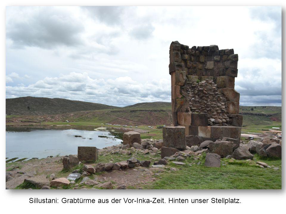 Sillustani: Grabtürme aus der Vor-Inka-Zeit. Hinten unser Stellplatz.