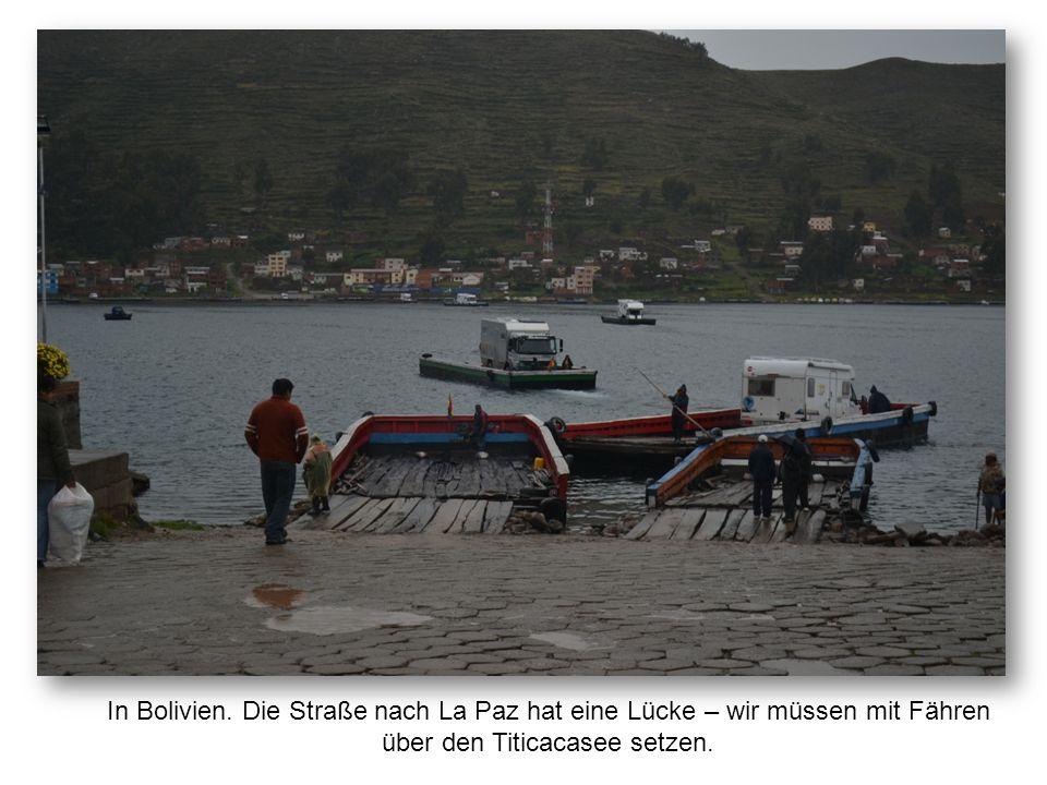 In Bolivien. Die Straße nach La Paz hat eine Lücke – wir müssen mit Fähren über den Titicacasee setzen.