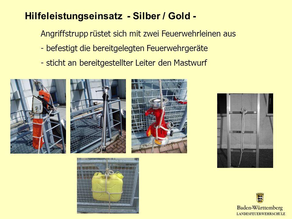 LANDESFEUERWEHRSCHULE Hilfeleistungseinsatz - Silber / Gold - Angriffstrupp rüstet sich mit zwei Feuerwehrleinen aus - befestigt die bereitgelegten Fe