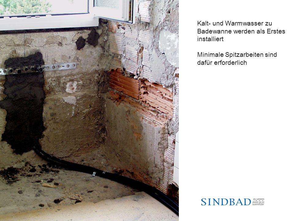 Kalt- und Warmwasser zu Badewanne werden als Erstes installiert Minimale Spitzarbeiten sind dafür erforderlich