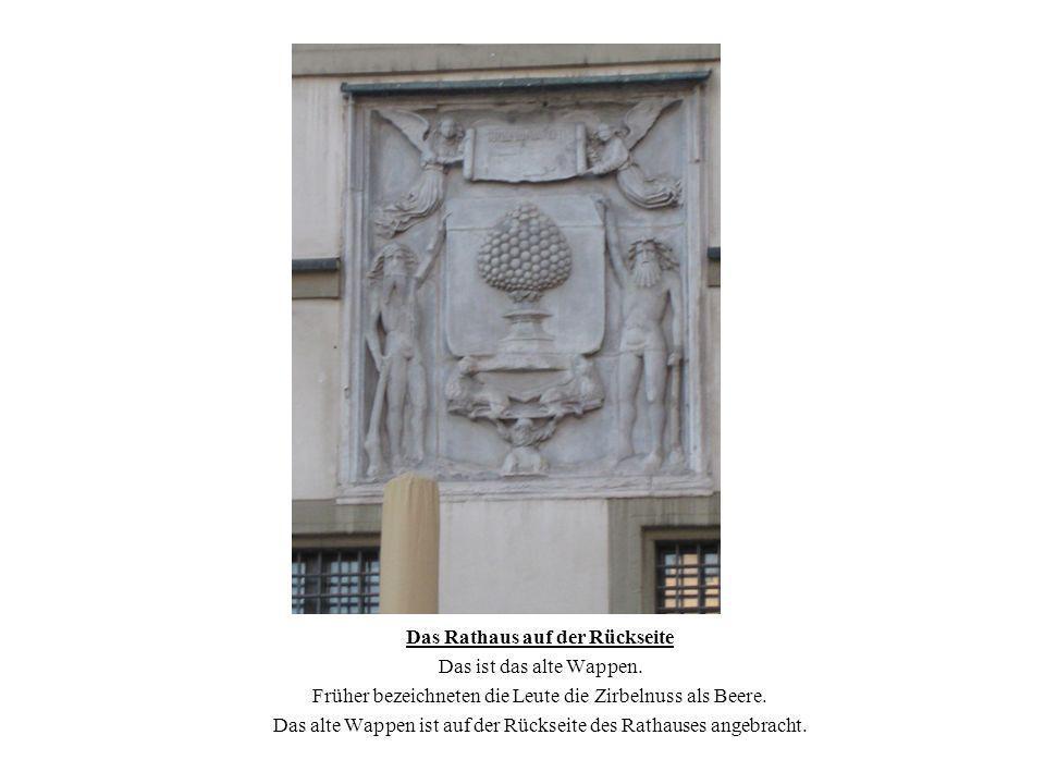 Das Rathaus auf der Rückseite Das ist das alte Wappen. Früher bezeichneten die Leute die Zirbelnuss als Beere. Das alte Wappen ist auf der Rückseite d