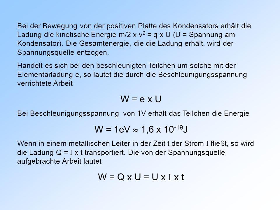 Bei der Bewegung von der positiven Platte des Kondensators erhält die Ladung die kinetische Energie m/2 x v 2 = q x U (U = Spannung am Kondensator).
