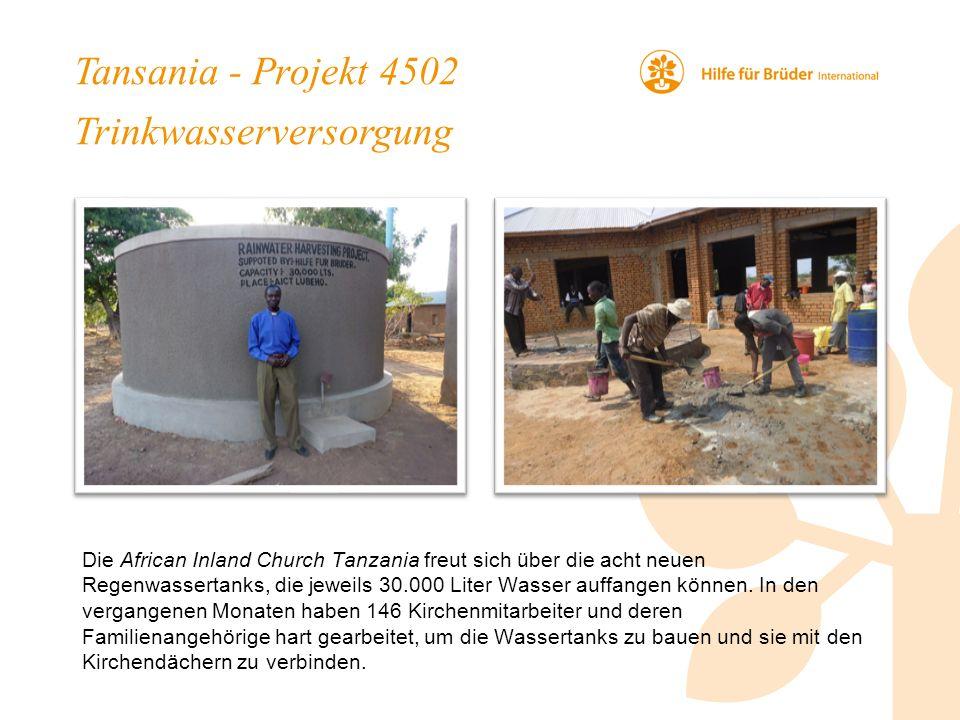 Tansania - Projekt 4502 Trinkwasserversorgung Die African Inland Church Tanzania freut sich über die acht neuen Regenwassertanks, die jeweils 30.000 Liter Wasser auffangen können.