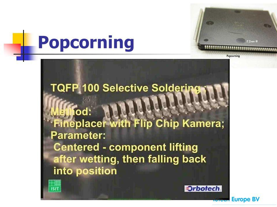 Popcorning Beispiel 1 BGA Baustein, mit sichtbarem Spalt zwischen Glasfaserträger and Kunststoffeinbettung
