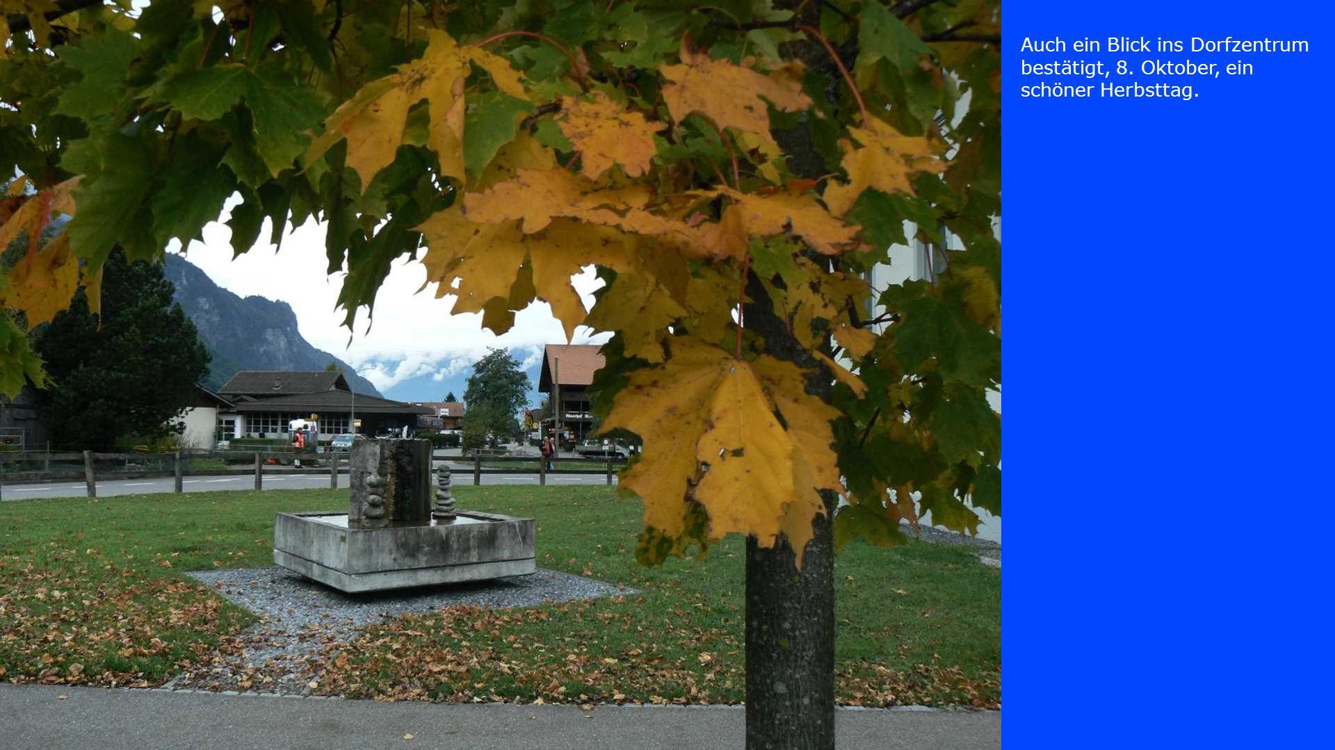 Auch ein Blick ins Dorfzentrum bestätigt, 8. Oktober, ein schöner Herbsttag.