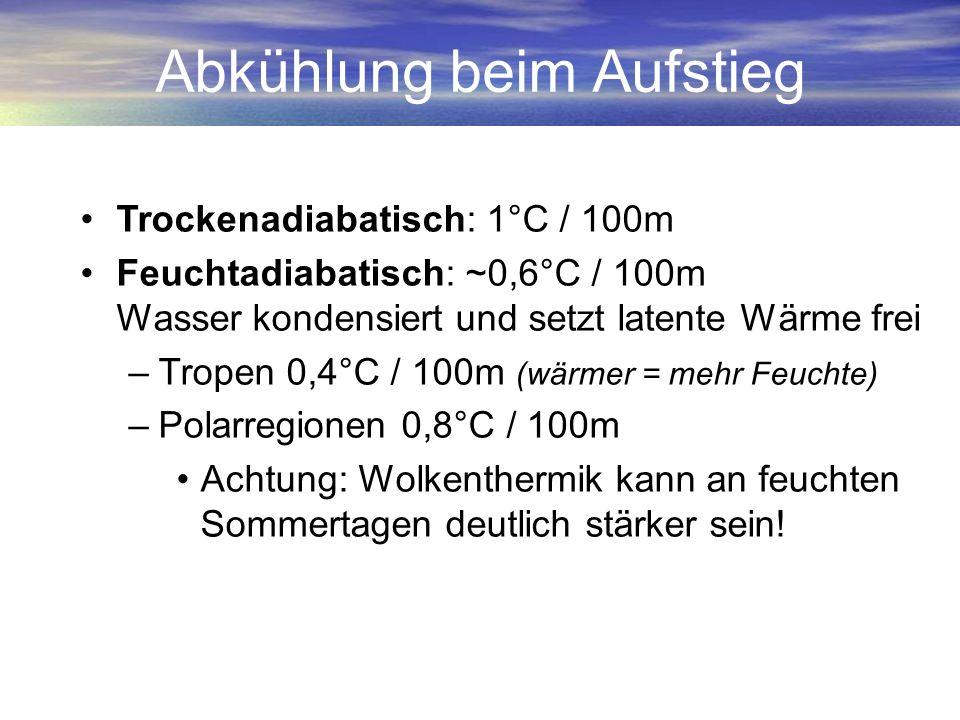 Abkühlung beim Aufstieg Trockenadiabatisch: 1°C / 100m Feuchtadiabatisch: ~0,6°C / 100m Wasser kondensiert und setzt latente Wärme frei –Tropen 0,4°C