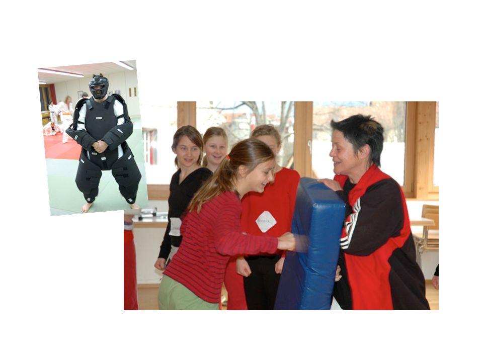 Gefahren erkennen - Grenzen setzen Sich erfolgreich behaupten Eigene Stärken spüren Selbstbehauptungs-Selbstverteidigungstraining für Mädchen/Frauen und gemischt.