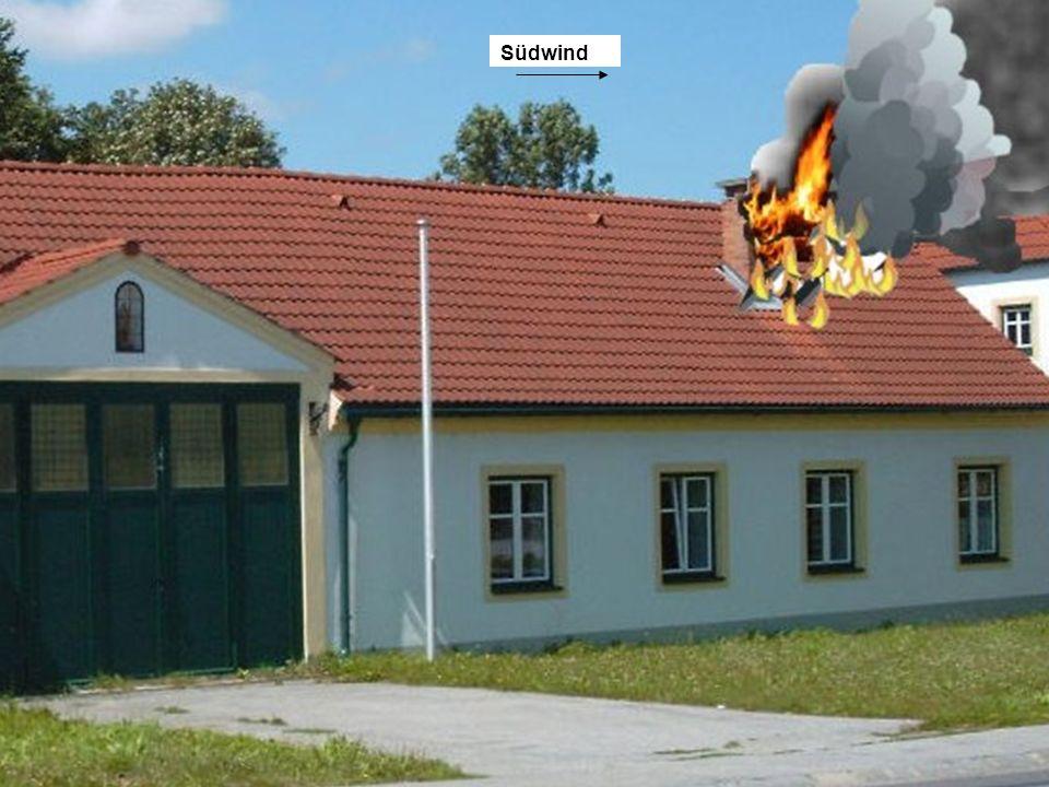 Sie haben folgende Lage festgestellt: In einem Wohnhaus (früher Bauernhaus, Länge 22m, Breite 12 m) ist im Dachboden ein Brand ausgebrochen.