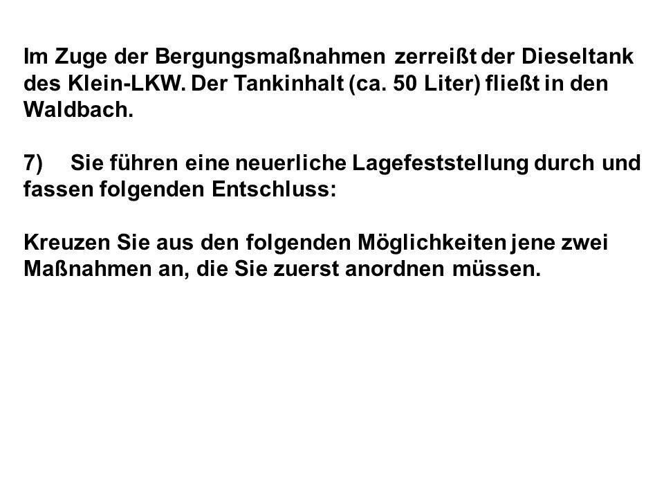 Im Zuge der Bergungsmaßnahmen zerreißt der Dieseltank des Klein-LKW.