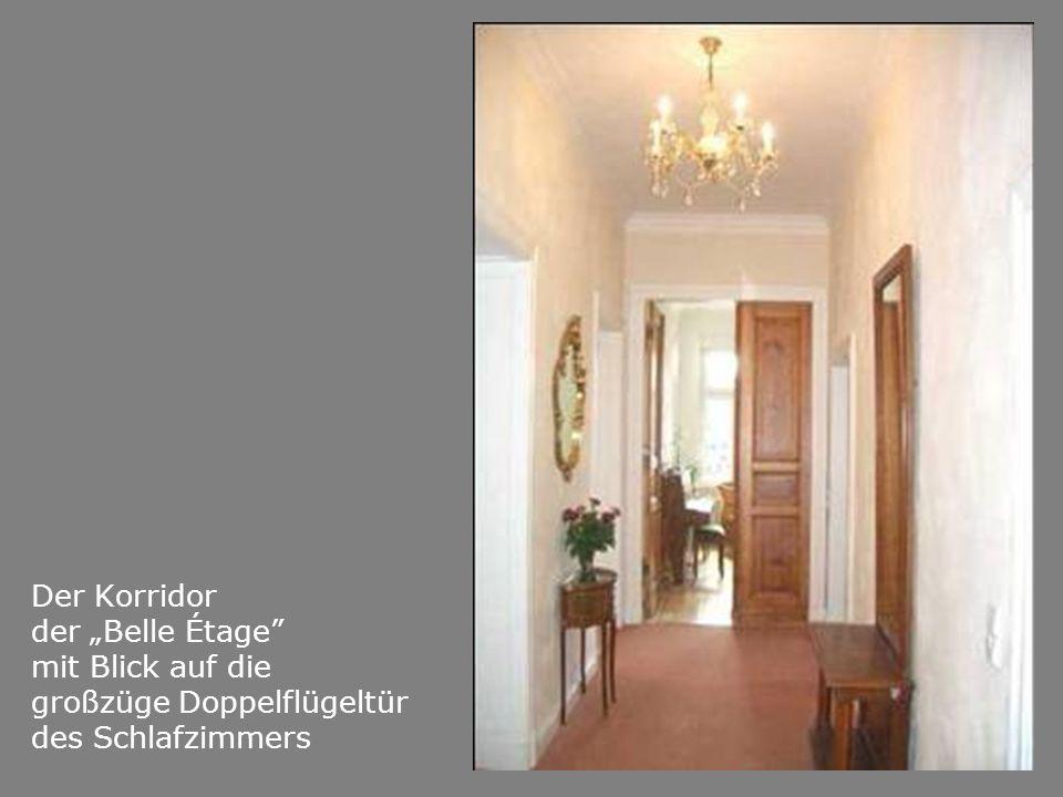 Der Korridor der Belle Étage mit Blick auf die großzüge Doppelflügeltür des Schlafzimmers