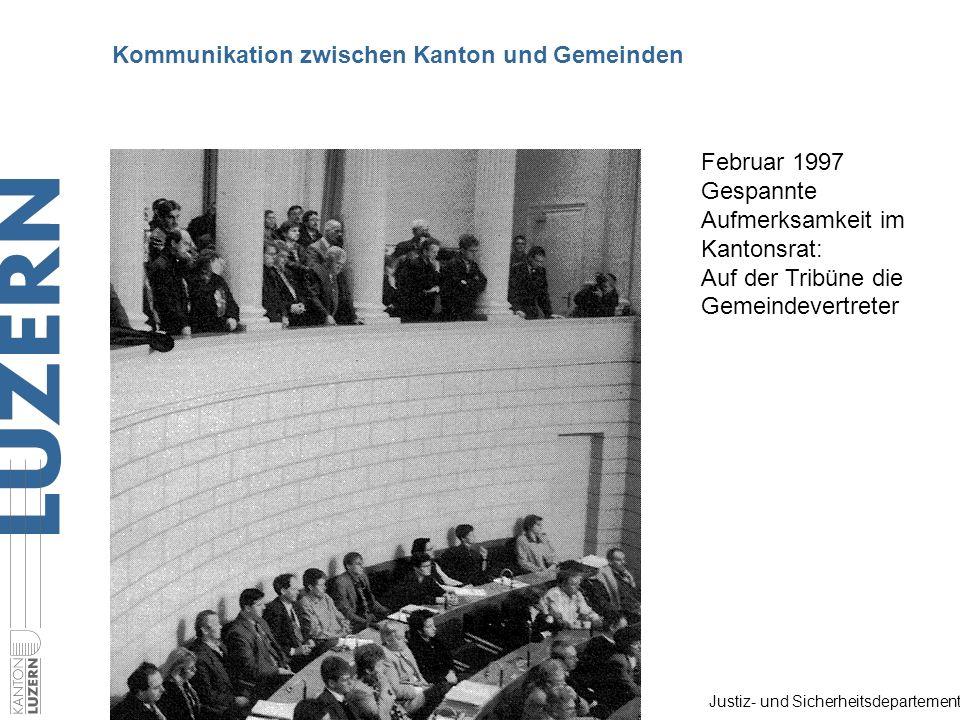Justiz- und Sicherheitsdepartement Kommunikation zwischen Kanton und Gemeinden Februar 1997 Gespannte Aufmerksamkeit im Kantonsrat: Auf der Tribüne di