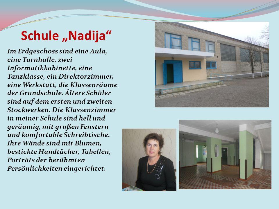 Schule Nadija Die erste Etage hat eine große Halle, wo der Stundenplan und die Schulzeitung hängen.
