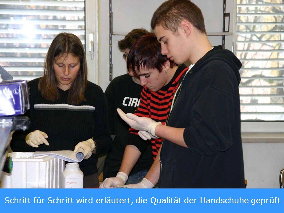 Schritt für Schritt wird erläutert, die Qualität der Handschuhe geprüft